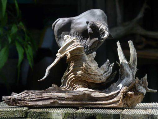 keramik-stier-auf-holz