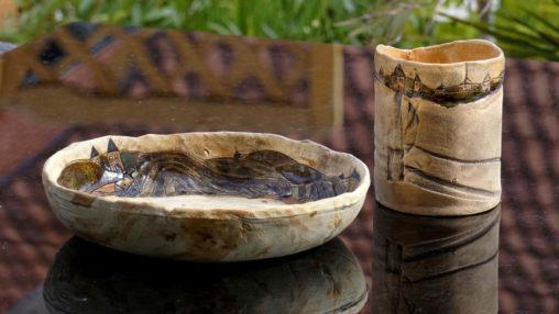 Liebevoll von Hand gestaltete Keramik mit Motiven und Glasuren dekoriert.